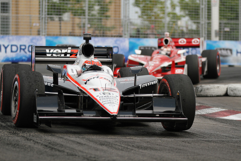 Will Power goes through a turn with Franchitti following not too far behind