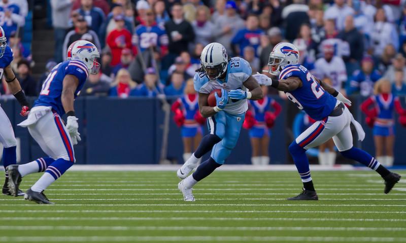 Johnson eludes a tackle from Bills' cornerback Drayton Florence (JP Dhanoa)
