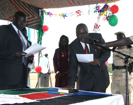 Lakes State Governor Chol Tong Mayay (centre) being sworn in after he signed the State constitution [©Gurtong]