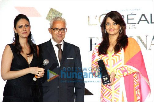 Aishwariya Rai Bachchan accepting the ICONIC Woman of Worth award