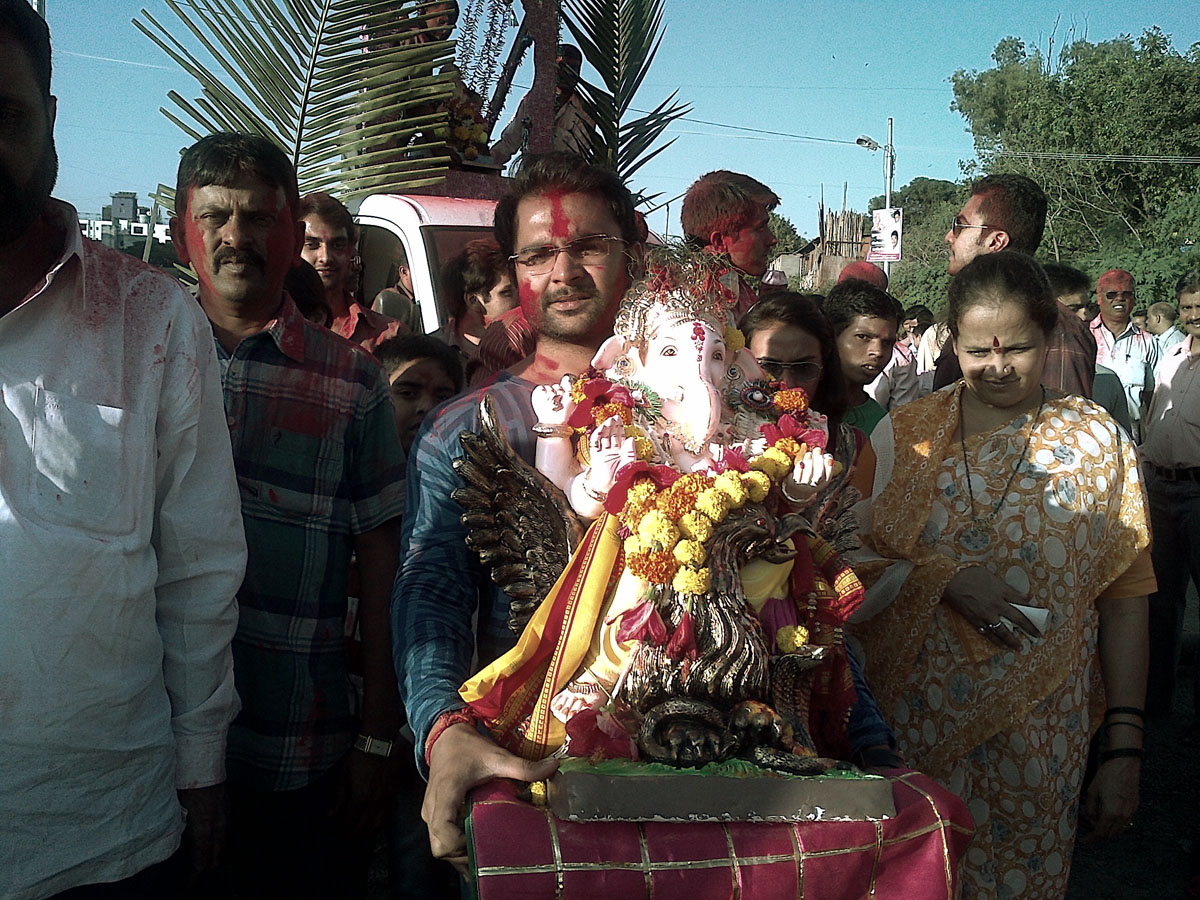 Sachiin Joshi carrying the Ganesh idol for immersion  - Pic 2