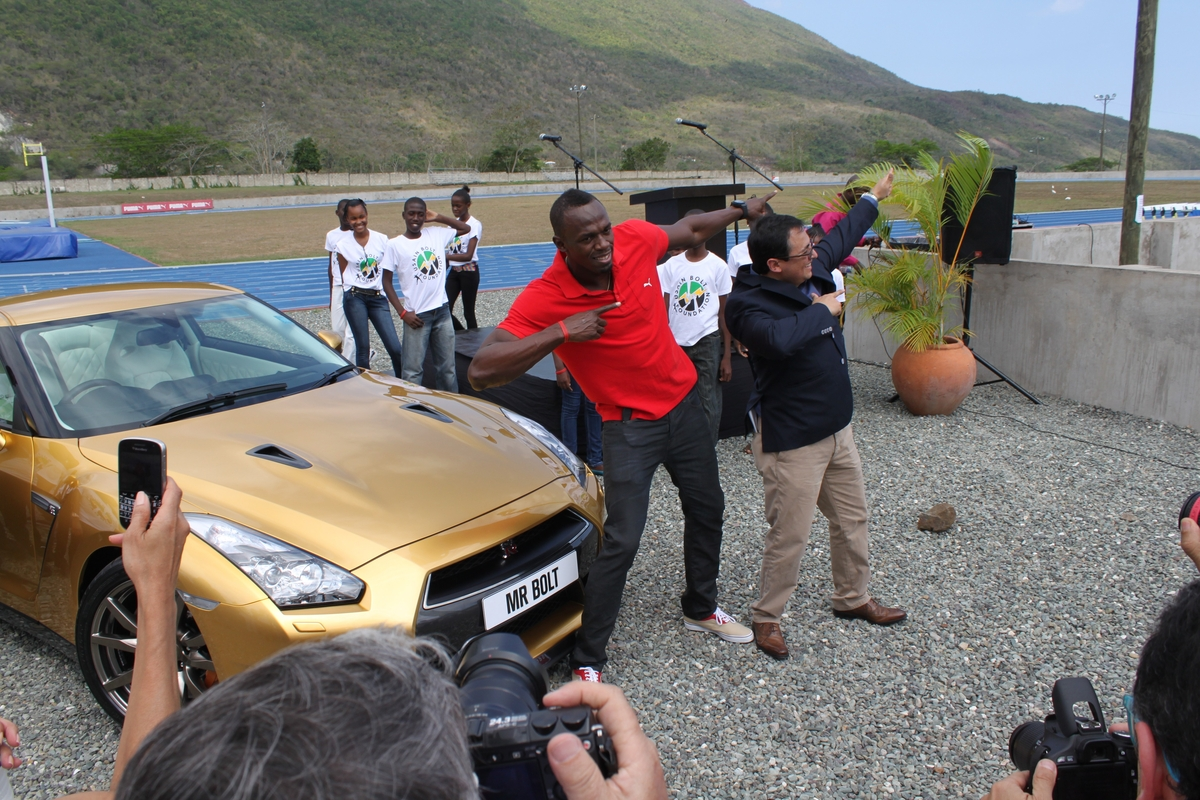 During the handover ceremony, Bolt and Jose Román, vice president of Nissan Latin America and the Caribbean, strike the iconic pose