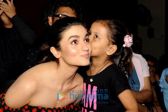 Alia Bhatt gets kisse1