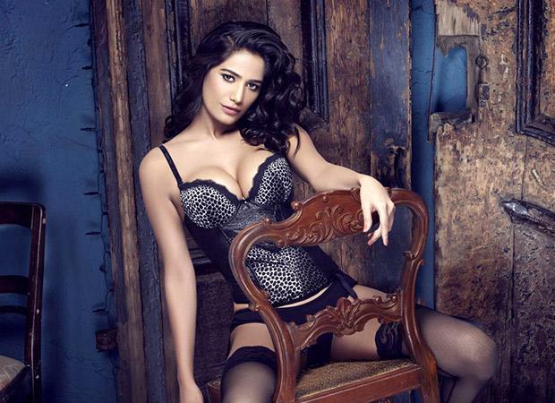 HOT Sexy Poonam Pandey takes a selfie in her underwear!