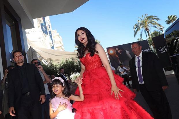 Aishwarya Rai Bachchan took her daughter Aaradhya Bachchan as her date to Cannes 2017-2