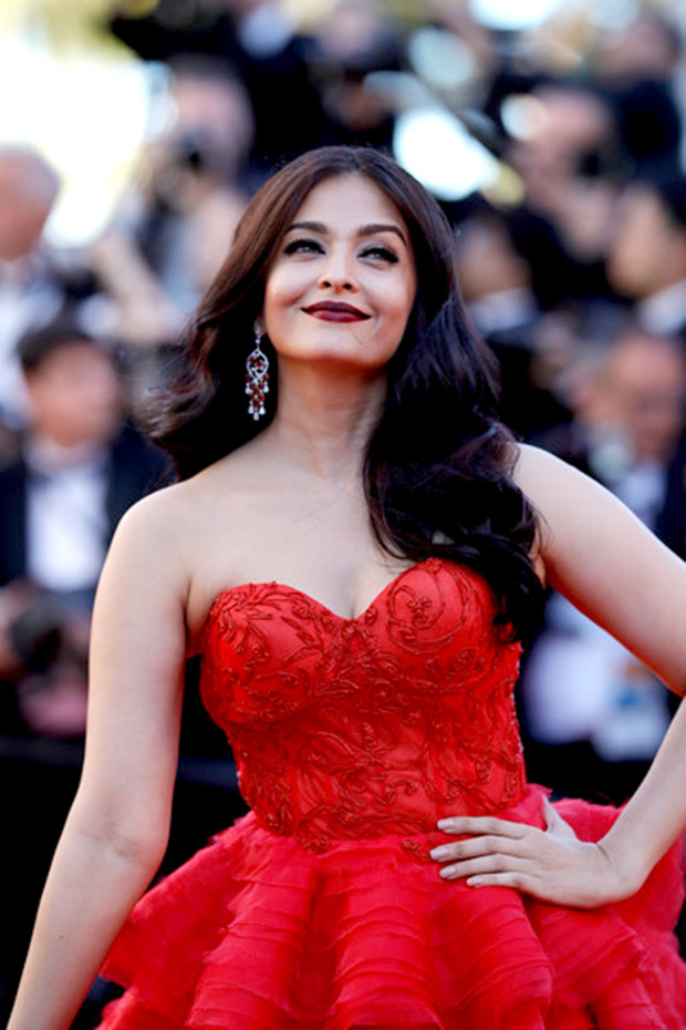 HOT Aishwarya Rai Bachchan steals the show in red ruffled gown at Cannes 2017 (5)