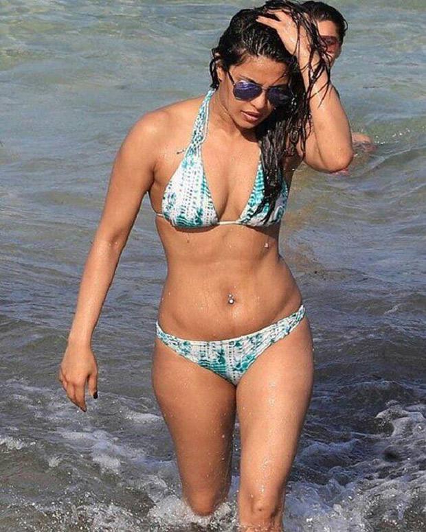 HOTNESS ALERT Priyanka Chopra can't stop flaunting her sexy body in a bikini chilling on a beach-3