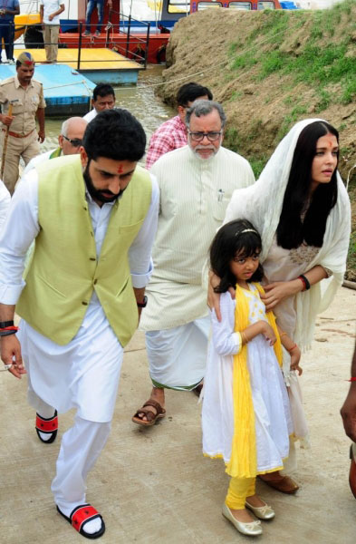 Aishwarya-Rai-Bachchan-visits-Allahabad-3