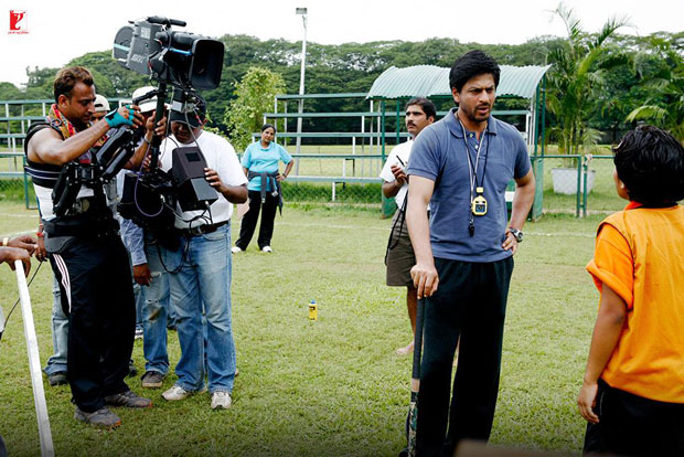 Here-are-some-BTS-moments-of-Shah-Rukh-Khan-and-the-hockey-team-that-will-make-you-re-watch-the-film!-(9)