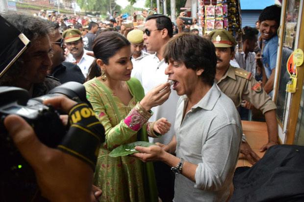 Shah-Rukh-Khan-and-Anushka-Sharma-relish-Banarasi-paan-while-promoting-Jab-Harry-Met-Sejal-in-Varanasi-01