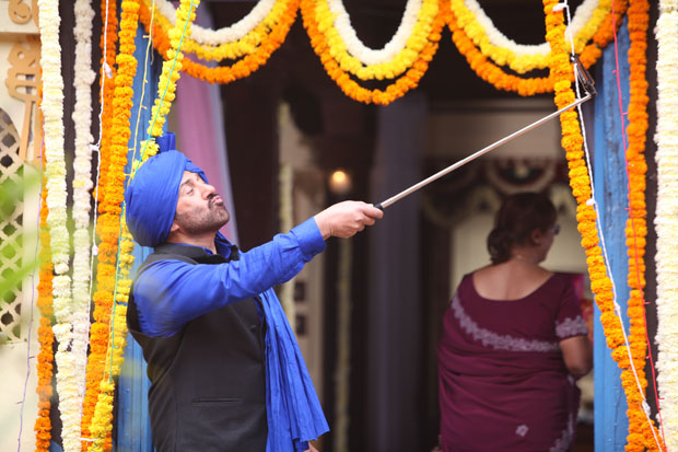 Sunny Deol becomes a selfie addict in Poster Boys