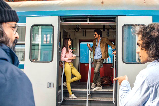 These-BTS-photos-of-Shah-Rukh-Khan-and-Anushka-Sharma-i-Jab-Harry-Met-Sejal-will-get-you-ready-for-the-film!