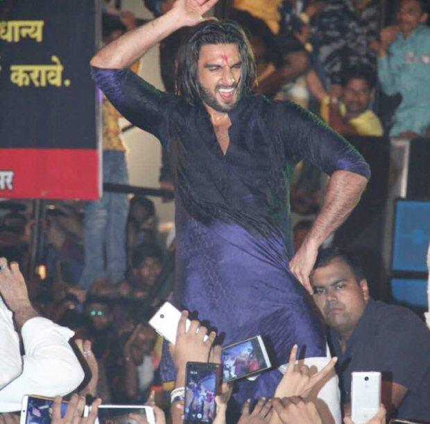 WATCH Ranveer Singh creates fan frenzy while dancing to 'Malhari' at Dahi Handi celebrations1