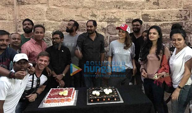 Check out Kangana Ranaut celebrates director Krish Jagarlamudi's birthday on the sets Manikarnika (2)