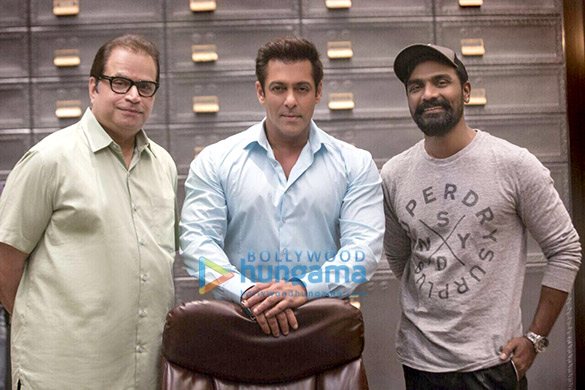 Check out Salman Khan strikes a pose with Race 3 director Remo D'souza and producer Ramesh Taurani