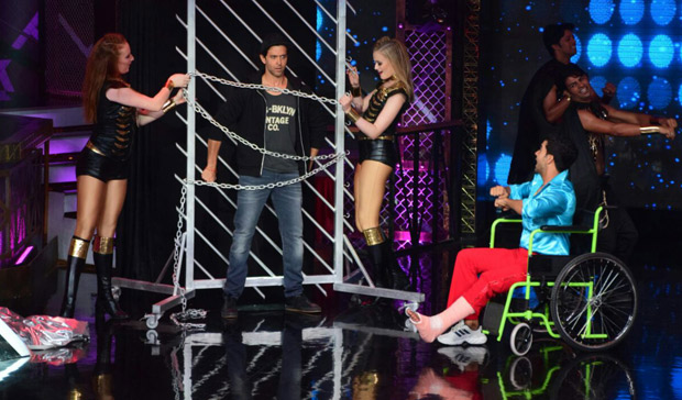 It was a riot on Lip Sing Battle with Hrithik Roshan, Kriti Sanon and Rajkummar Rao dancing together on stage (3)