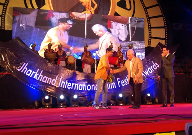 Ramesh Sippy honours Faridoon Shahryar for excellence in Journalism award at JIFFA 2018