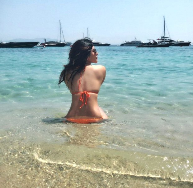 Sultry Shama Sikander amps up the HOTNESS quotient yet again as she teases us with gorgeous bikini pics