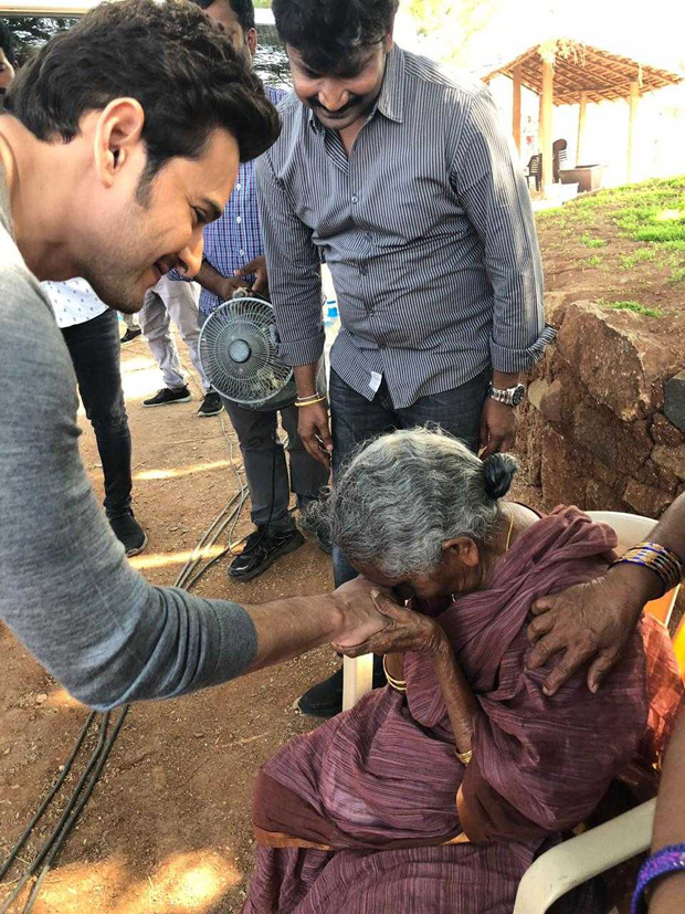 Maharshi - Mahesh Babu meets his 106 year old fan all the way from Rajahmundry on the sets of his film