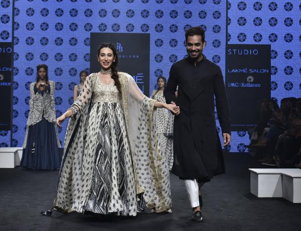 Karisma Kapoor for Punit Balana at LFW 2019 Summer_Resort (2)