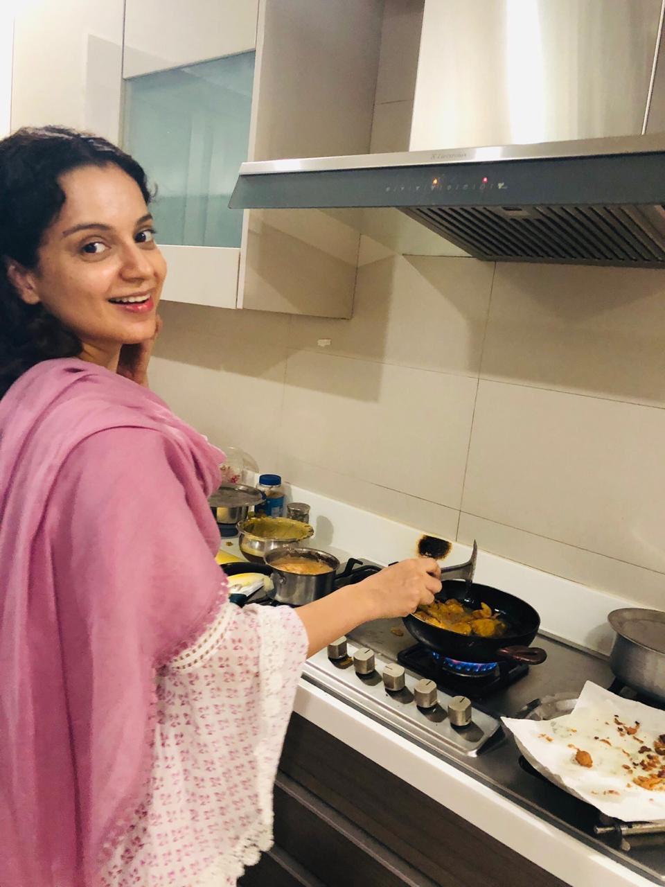 Lok Sabha Election Results 2019: Kangana Ranaut celebrates PM Narendra Modi's win with pakodas and chai