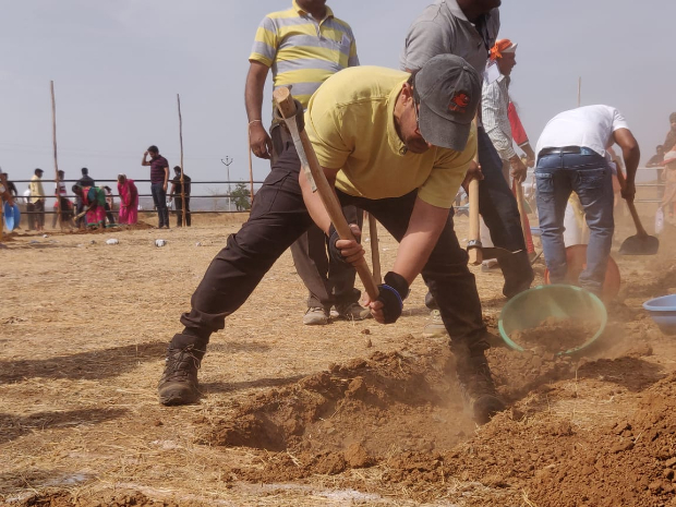 On Maharashtra Day, Aamir Khan does Shramdaan at Satara district