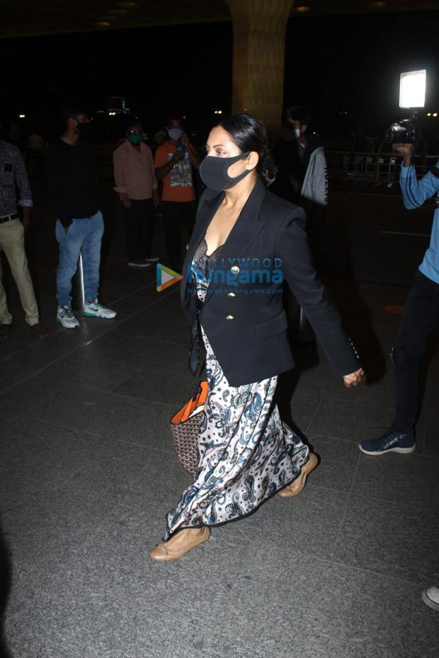 Gauri Khan steps out donning luxury Goyard tote worth Rs. 3.2 lakhs, leaves for New York with Aryan Khan