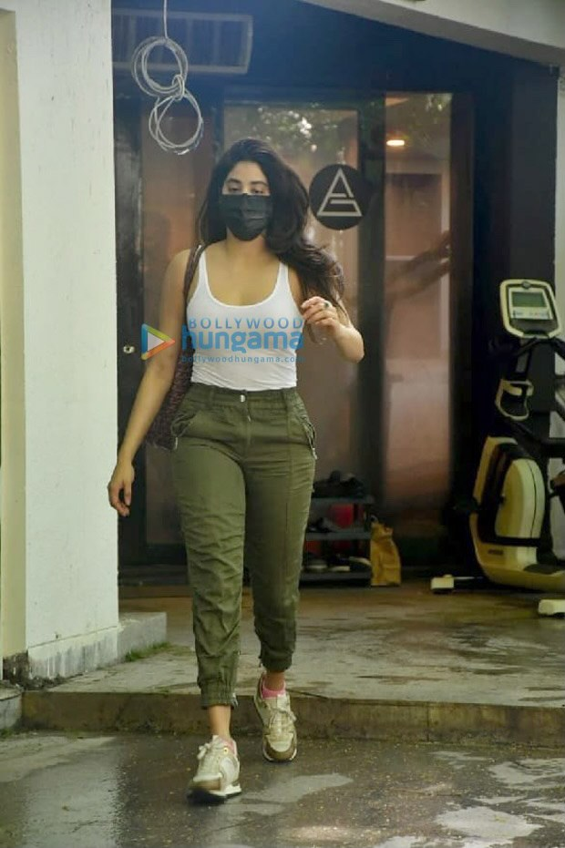 Janhvi Kapoor pairs her athleisure look with St. Louis Goyard tote bag worth whopping Rs. 2 lakh approx