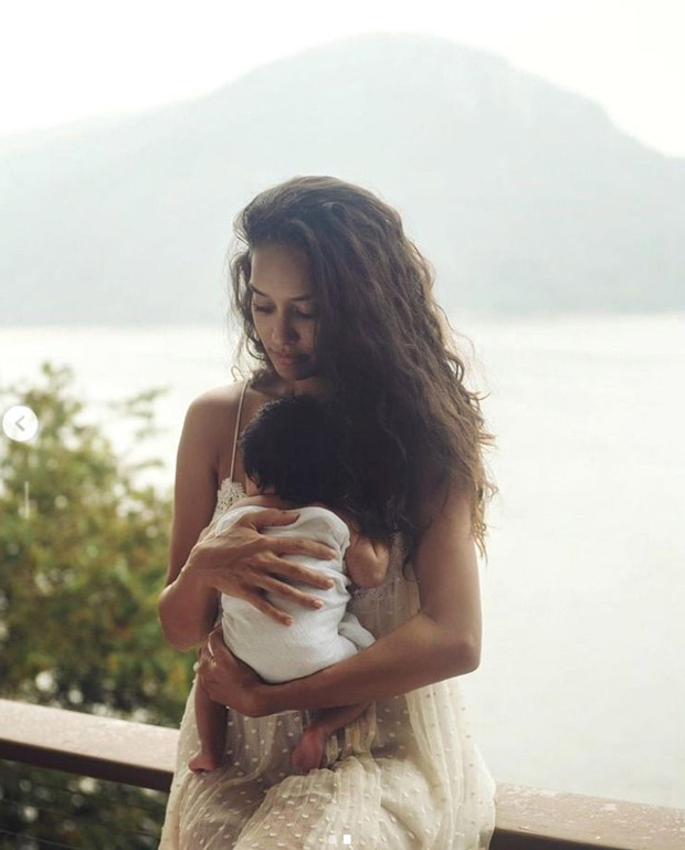 Lisa Haydon flaunts her post pregnancy glow as she poses with her newborn daughter
