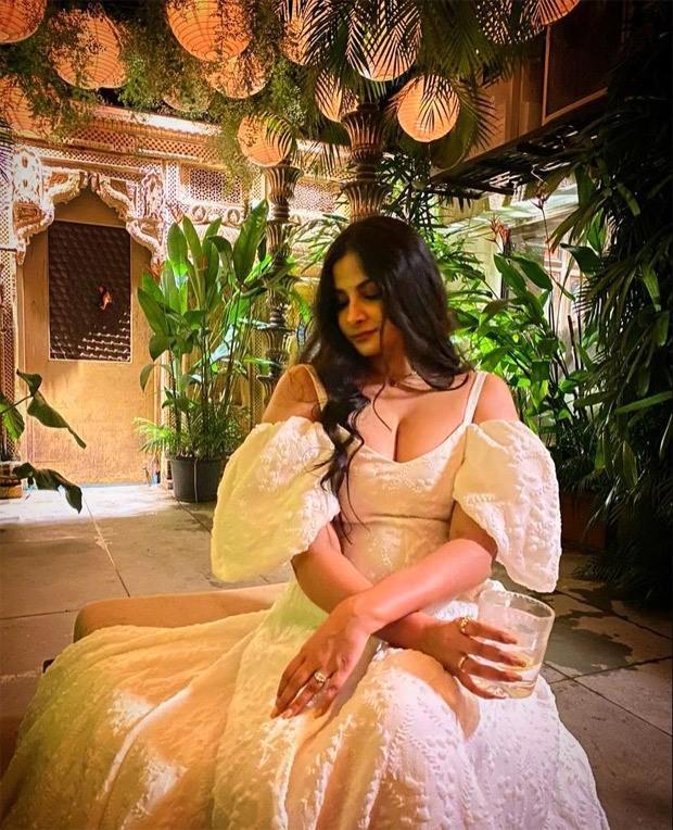 Rhea Kapoor is a resplendent bride in Abu Jani and Sandeep Khosla's creation