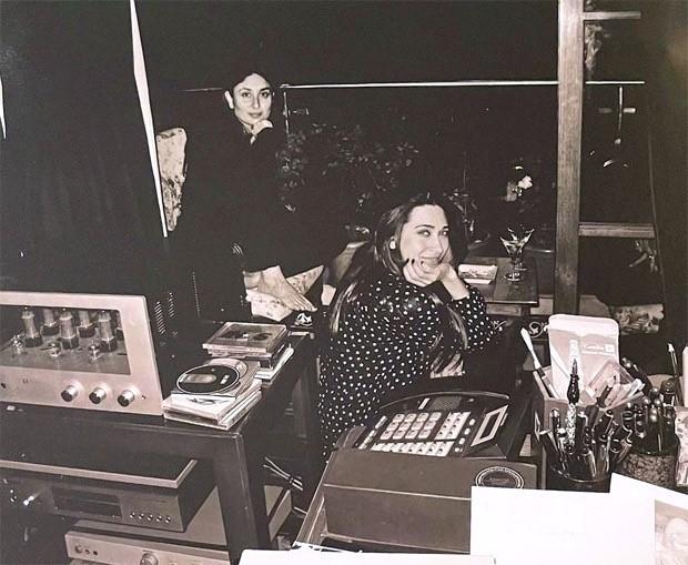 Saif Ali Khan photographs Kareena Kapoor and Karisma Kapoor spending time together in a monochromic picture