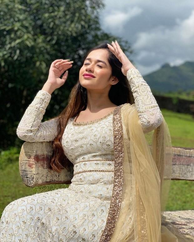 Jannat Zubair looks breathtaking in a beautiful white anarkali set
