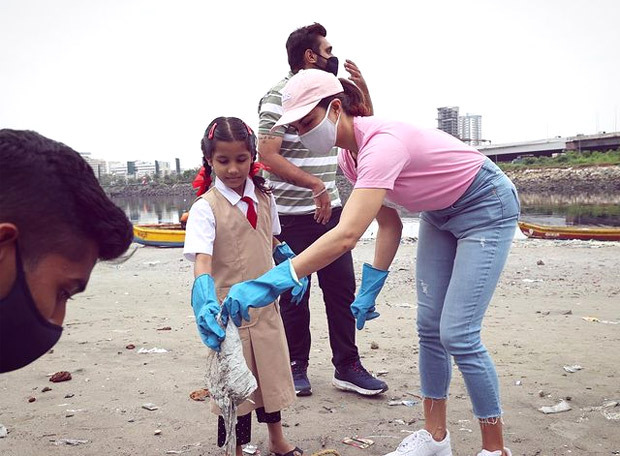 Jacqueline Fernandez goes beach cleaning on the occasion of Gandhi Jayanti, see photos