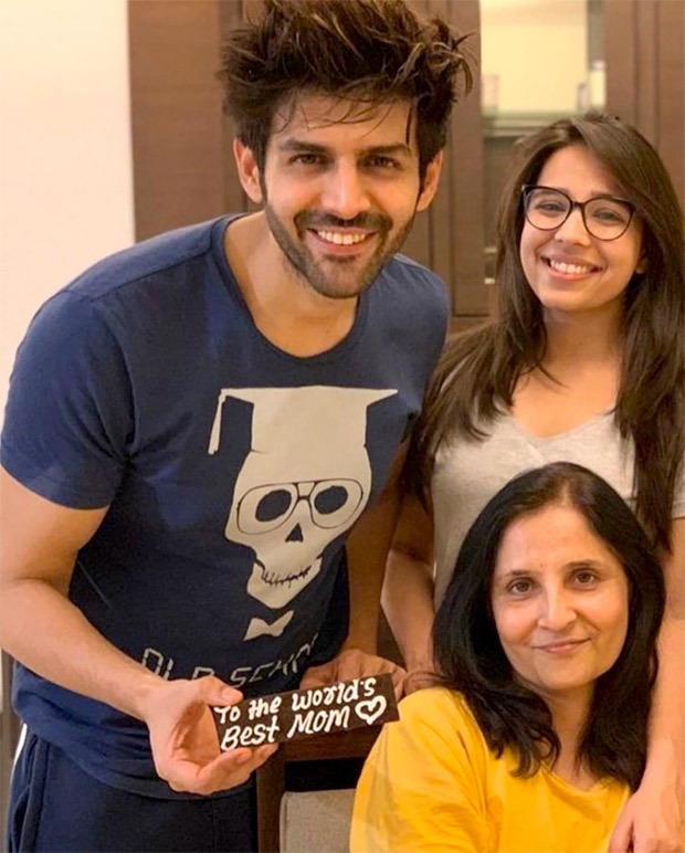 Kartik Aaryan posts an adorable picture with his mother and sister
